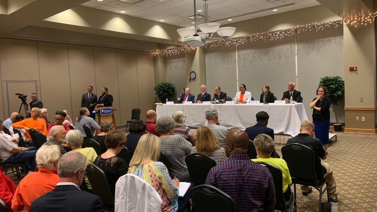 A full house with standing room only at Thursday's Davenport Mayoral Candidate Forum. (KWQC)