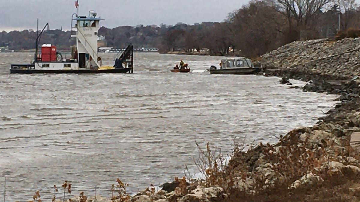 Tug boat workers helped save four workers who were in the water after their boat capsized on the Mississippi River. (KWQC)