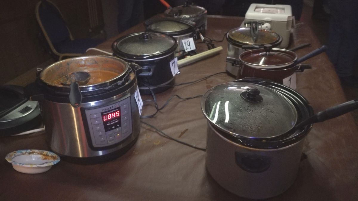 Christopher D's held a chili cook-off on Sunday to raise money for a local Vietnam veteran organization. (KWQC)